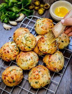 Chilicheese scones med vitlökssmör - ZEINAS KITCHEN Paleo, Zeina, Yummy Food, Tasty, Our Daily Bread, Scones, Sugar And Spice, Afternoon Tea, Finger Foods
