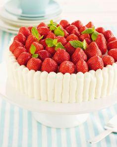 Mehevän mansikkakakun perusta on kuohkea sokerikakkupohja ja runsas täyte. Tällä ohjeella olet kakkumestari huomaamattasi. Strawberry Cakes, Summer Time, Raspberry, Cheesecake, Snacks, Fruit, Desserts, Strawberries, Foods