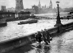 The Thames overflowing at the Embankment 1949. Victorian Life, Victorian London, Vintage London, Old London, South London, London Pictures, London Photos, Old Pictures, Old Photos