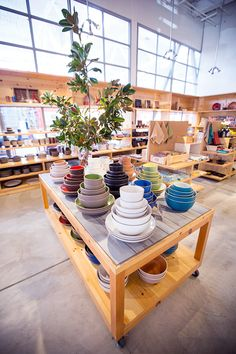 a visit to heath ceramics' beautiful showroom space. Ceramic Store, Pottery Store, Heath Ceramics, Retail Store Design, Kitchen Store, Ceramic Studio, Store Displays, Pottery Studio, Decorating Your Home