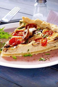 Kann eine vegane Quiche überhaupt schmecken? Aber ja! Man nehme einen guten Mürbeteig, gekräuterten Tofuguss sowie aromatische Tomaten - fertig ist die Quiche nach bestem LECKER-Rezept. #rezept #idee #kochen #backen #quiche #vegan #veganequiche #tofu #tomaten #pilze #champignons #mürbeteig #vegetarisch
