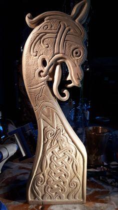 """Sculpture sur bois d'un motif ornemental de style Scandinave, que l'on  retrouve habituellement sur les charpentes & rives des  maisons traditionnelles. Cette sculpture est sur ma boutique """"EspritNordique"""" sur le site de vente Etsy"""