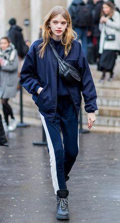 Street style look com calça jogging.