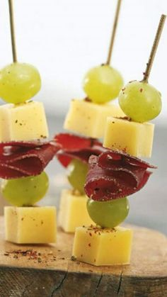 pairs well with Wine! 🍷 cheese meat and grapes wine paring Snacks Für Party, Appetizers For Party, Appetizer Recipes, Tapas, Fingers Food, Brunch, Reception Food, Appetisers, Food Inspiration