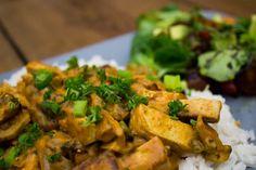 Einmal Tofu Stroganoff nach Vegan Guerilla gekocht und ich bin dem Rezept verfallen! Ich liebe es. Dazu passen perfekt Spätzle.