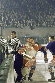 1957 photo of the New York Rangers and the Detroit Red Wings. Old hockey photographs are the best! Hockey Games, Hockey Players, Flyers Hockey, Detroit Red Wings, Detroit Sports, Detroit Hockey, Boston Sports, Hockey Pictures, Red Wings Hockey