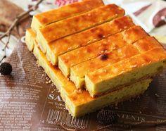 さつまいもが美味しい季節です。お芋掘りのおすそ分けを頂いたり、「次はどんなさつまいも料理を作ろう?」とワクワクするのもこの季節ならでは。 定番おやつのスイートポテトをビスケット生地とあわせてスティック状に焼き上げました。たくさん作れるのでお配りにも最適のスイーツです。 Easy Sweets, Homemade Sweets, Sweets Recipes, Cake Recipes, Cafe Food, Food Menu, Candy Cakes, Sweets Cake, Asian Desserts