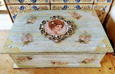 Caixa porta jóias, colecção Ladies. 27x18 #portajoias #vintage #ladies #caixadecorada #roses #shabbychic #decoupage #patinaesponjada #fita #scrapdecor