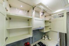 шкафы в светлой кухне в классическом стиле