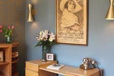 De her lamper og den her plakat. Også lidt telefonen.