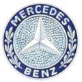 """Şirketin kurucusu Karl Benz, Deutz'daki motor fabrikasındaki görevinin ilk yıllarında, Köln ve Deutz manzaralı evinin tepesine bir yıldız amblemi koymuş, eşine yazdığı mektuplarda bu yıldızın günün birinde başarıyı ve gücü temsil edeceğini ve fabrikasının üzerinde parlayacağını söylemişti. Yıldız Daimler'in, motorlu araçların """"karada, suda, havada"""" evrenselliğini simgelemektedir. 1909'da tescil edildi."""