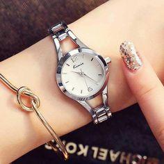 Szemrevaló női karóra. Az egész óra ezüst színű, ez alól csak a fehér számlap a kivétel. Michael Kors Watch, Watches, Silver, Accessories, Fashion, Moda, Wristwatches, Fashion Styles, Clocks