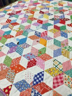 patchwork quilt - change middle gray squares to a colored square Patchwork Quilt Patterns, Hexagon Quilt, Quilt Block Patterns, Hexagon Patchwork, Star Quilts, Scrappy Quilts, Quilting Projects, Quilting Designs, Tumbling Blocks Quilt