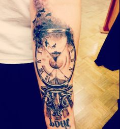 Hour Glas Clock ~Done by Leo Fieschi at Art Club Tattoo and Piercing in Danbury, CT. Feather Tattoos, Forearm Tattoos, Body Art Tattoos, Sleeve Tattoos, Clock Tattoo Sleeve, Tatoos, Clock Tattoo Design, Tattoo Designs, Hour Glass Tattoo Design