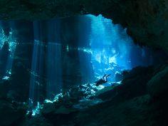 La péninsule du Yucatán, au Mexique, offre un voyage dans un monde caché : celui des cénotes, ces gouffres révérés par les Mayas. Des grottes aquatiques et puits naturels, dont la profondeur atteint parfois des dizaines de mètres. C'est sans conteste l'un des plus beaux sites de plongée de la mer des Caraïbes... et de la planète ! À découvrir grâce à cet extrait de notre livre Plongées d'exception.