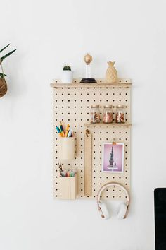 Wood pegboard in shape of rectangle made from birchwood in the south west of France (Biarritz) 23,82 x 15,35 inches / 60,5 x 39 cm Included 6 wood pegs (1,97 inches) / 5 cm Included 4 long wood pegs (3,55 inches) / 9 cm 2 hooks 1 shelve 15,16 x 3,55 / 38,5 x 9 cm 1 shelve 5,12 x 3,55 /