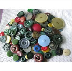 Job lot of vintage buttons mostly plastic great for projects on eBid United Kingdom