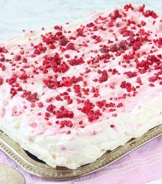 Gräddig, chokladig & frasig marängtårta med fluffig hallongrädde!Den är magisktgod! Passar alla kalas, fester, skolavslutningar och kafferep! Både vuxna No Bake Desserts, Dessert Recipes, Grandma Cookies, Meringue Pavlova, Cookie Box, Vanilla Cake, Camembert Cheese, Cake Decorating, Sweet Tooth
