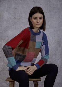 Anleitung - Von der ersten Masche an ist dieser #Pulli ein Fest für alle, die gerne mehrfarbig stricken. Die fünf Garne #Fashion Pieces, #Merino Extrafine 120, Merino Extrafine Silky Soft 120 und Soft #Shimmer werden - im wahrsten Sinne des Wortes - bunt miteinander kombiniert und zu diesem Kunstwerk verstrickt. Ein gerader Schnitt mit überhängenden Schultern macht die klare Line des Pullis perfekt.   #proud2craft #stricken #knitting #mixnknit #pattern Knitting For Beginners, Easy Knitting, Knitting Patterns, Arne And Carlos, Unisex, Long Cardigan, Bunt, Free Pattern, Men Sweater