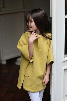 Mustard poncho and white pants for girls. Adorable kids fashion for girls and tweens. Would be a cute outfit for school, spring, or fall. Tween Fashion, Little Girl Fashion, Little Girl Dresses, Look Fashion, Toddler Outfits, Girl Outfits, Fashion Outfits, Amusement Enfants, Diy Vetement