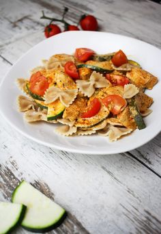 Pasta with zucchini and chicken in a red sauce - a healthy lunch [PRZEPIS] - Cod . Chicken Zucchini Pasta, Garlic Chicken, Healthy Dinner Recipes, Diet Recipes, Healthy Food, Red Sauce, Daily Meals, Food Design, Clean Eating