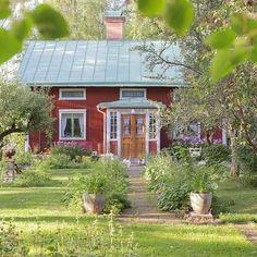 Högbo i Lågbo. Foto: Erika Åberg #gamla #hus #trädgårdar #rödfärg #plåttak…