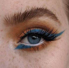 Orange eyeshadow with blue eyeliner The post Orange eyeshadow with blue eyeliner appeared first on Make Up. Makeup Goals, Makeup Inspo, Makeup Inspiration, Makeup Ideas, Makeup Hacks, Makeup Tutorials, Nail Inspo, Skin Makeup, Beauty Makeup