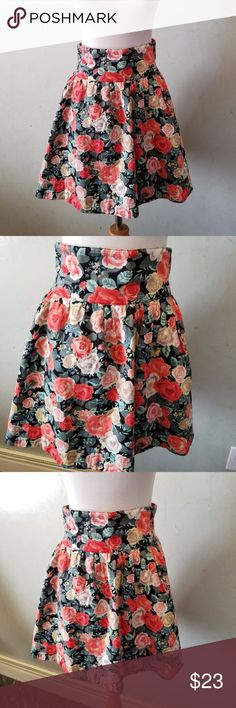 Floral high waist skirt In perfect condition like new, high waisted with 3 buttons in the back H&M Skirts Mini