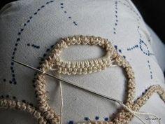 MACRAME' RUMENO - POINT LACE : NUOVO PUNTO - NODO CHIACCHIERINO Pillow Embroidery, Hardanger Embroidery, Hand Embroidery, Tatting Patterns, Macrame Patterns, Crochet Patterns, Irish Crochet, Crochet Lace, Romanian Lace