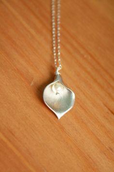 Zilveren Calla Lelie en Fresh Water Pearl Necklace.  Bruiloften, bruidsmeisjes