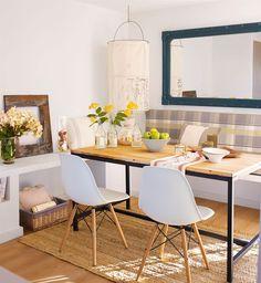 Espejo con marco metalico azul en office con sillas blancas y mesa de madera_00407824