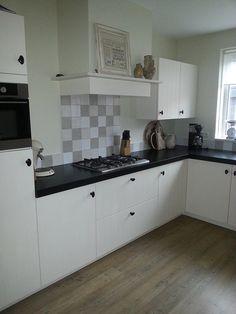 Landelijke keuken wit Kitchen Wall Tiles, Kitchen Cabinets, Chimney Breast, Sweet Home, Kitchen Designs, Home Decor, Kitchens, Street, Room