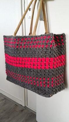 Oeps! Normaal gaat mijn wekker om 7 uur en moet ik er zeker om half 8 uit. vanmorgen is me wekker niet afgegaan want ik was om 20 ove... Free Crochet Bag, Crochet Tote, Crochet Handbags, Knit Crochet, Granny Square Bag, Crochet Accessories, Fabric Crafts, Straw Bag, Crochet Patterns