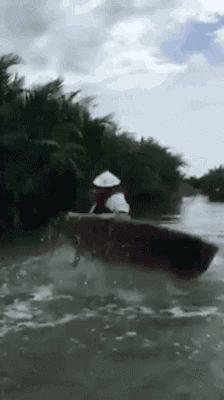 円形のボートを回転させながら拳法を繰り出す人 created by trend news
