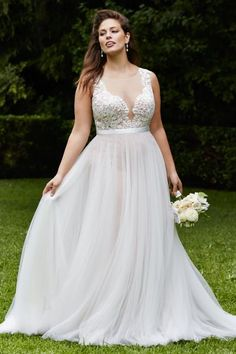 Full-Bodied: Wedding Dresses for Plus-Size Brides in 2016 Image: 11