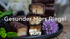 Gesunde Mars Riegel selber machen - vegan & ohne weissen Zucker Snacks, Muffin, Vegan, Baking, Breakfast, Youtube, Food, Inspiration, Healthy Sweets