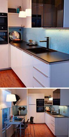 W nowoczesnej, prostej kuchni w bieli i czerni wystarczy pas koloru na ścianie nad blatem, by przełamać monotonię. Siatkę drobnych kostek mozaiki odbieramy jak deseń. Przy gładkich frontach to również zaleta. Kuchnia METOD z drzwiami RINGHULT (biel i czerń, połysk).