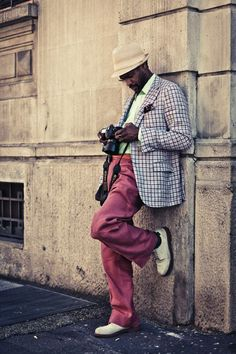 Photographer style! Pink pan, grey jacket, isn't he look awesome and cool? #mensfashion #men #fashion #streetstyle #photographer #cool #pink