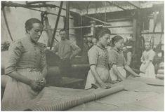 Fabrieksmeisjes bij de weverij Bogaers te Helmond, ca. 1900. Klik op de afbeelding voor het verhaal!