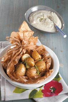 Super easy and super tasty potatoes baked in parchment that locks in the aromas of the garlic and herbs. The dish is served with a delicious, smooth feta sauce. Cooking Time, Cooking Recipes, The Kitchen Food Network, Gluten Free Menu, Roasted Potatoes, Weight Watchers Meals, Greek Recipes, Nutrition Tips, Potato Recipes