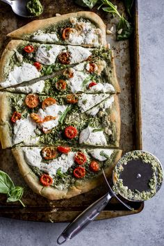 Making your own pizza has never been simpler or tastier! This Kale Pesto Pizza uses minimal ingredients and is topped with sliced tomatoes and burrata cheese and fresh basil. Oh pizza, I will never Pesto Pizza, Veggie Pizza, Fig Pizza, Caprese Pizza, Pizza Food, Vegetarian Pizza, Vegetarian Recipes, Cooking Recipes, Healthy Recipes