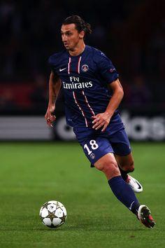 Dit is Zlatan in een Champions League wedstrijd. Hij werd na AC -Milan getransfereerd naar PSG, een Franse club. Daar was hij keer op keer topscoorder.