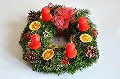 Kde koupit nebo jak vyrobit adventní věnec na vánoční stůl i na dveře jako vánoční dekoraci. Inspirace pro Vás. Barvy věnců zelená, červená, zlatá, fialová. Winter Ideas, Christmas Pictures, Diy And Crafts, Christmas Wreaths, Holiday Decor, Home Decor, Christmas, Xmas Pics, Decoration Home
