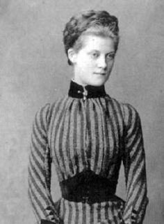 1891 Louise Victoria Orléans. This picture of Princess Louise shows a waist band with a natural bottom and an upper edge pointed upwards, the reverse of a vee waistline.