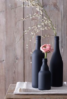 Paint old bottles with black paint and you have ne coo .- Alte Flaschen mit schwarzer Farbe bemalen und man hat ne coole DIY Deko Paint old bottles with black paint and you have a cool DIY decoration - Empty Glass Bottles, Old Bottles, Painted Bottles, Glass Vase, Cool Diy, Vase Deco, Creation Deco, Idee Diy, Bottle Painting