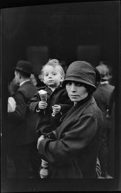 Eli LOTAR. Vers 1929. Portrait d'une femme et d'un enfant tenant une glace Réunion des Musées Nationaux-Grand Palais - Etat Civil, Grand Palais, Portraits, Photos, Romania, France, Kid, Woman, Photographers