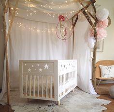 Chambre bébé cocooning : berceau au centre de la pièce, murs ...