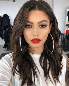 35 Sexy Makeup Ideas for Valentine's Day Will Inspire You San Valentino, Trucco per San Valentino, Trucco sexy, Trucco drammatico Red Lip Makeup, Prom Makeup, Wedding Makeup, Dark Hair Makeup, Makeup Looks With Red Lips, Clown Makeup, Brunette Makeup, Work Makeup Looks, Makeup With Red Dress
