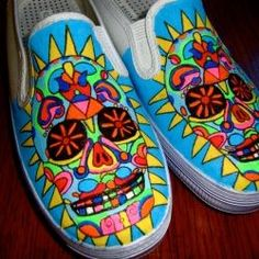 Sugar Skull: Hand-Painted Shoes Vans-Gogh makes walkable art customized to fit anyone's personal style. These Day of the Dead shoes have been hand-painted. Painted Vans, Hand Painted Shoes, Painted Skulls, Sharpie Shoes, Skull Shoes, Skull Painting, Painting Shoes, Skull Hand, White Vans