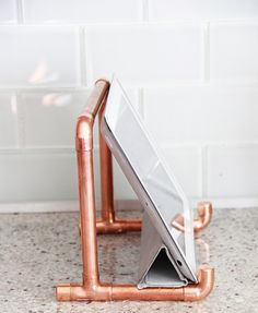 More copper pipe projects: Copper Pipe & Concrete Cake Stand Copper Pipe & Marble Plant Stand/Sidetable I kind of love it when I get to make a DIY that is for ME and that I need to use on nearly a dai Ipad Holder, Tablet Holder, Tablet Stand, Diy Book Holder, Ipad Stand, Diy Hacks, Pinterest Home, Creation Deco, Ideias Diy